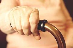 Fermez-vous des mains de la femme mûre Soins de santé donnant, maison de repos Amour parental de grand-mère Les vieilles maladies Images libres de droits