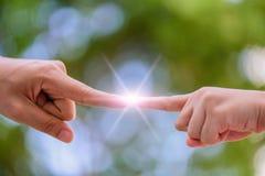 Fermez-vous des mains de mère et d'enfant se dirigeant avec le doigt Image libre de droits