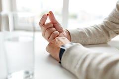 Fermez-vous des mains de vieil homme avec la pilule Images libres de droits
