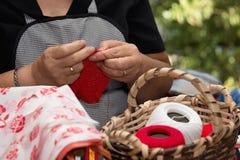 Fermez-vous des mains faisant du crochet avec la laine, en tricotant le travail manuel Photos libres de droits