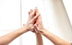 Fermez-vous des mains faisant le geste de la haute cinq Images libres de droits