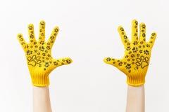 Fermez-vous des mains femelles en construisant les gants jaunes avec la copie d'amusement d'isolement sur le fond blanc Accessoir image libre de droits