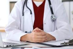 Fermez-vous des mains femelles inconnues du ` un s de docteur Le médecin est prêt à consulter et des patients de halp images libres de droits