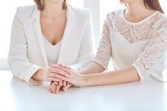 Fermez-vous des mains lesbiennes mariées heureuses de couples Images libres de droits