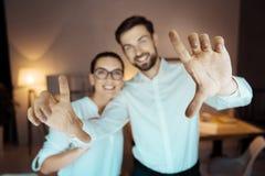 Fermez-vous des mains masculines qui étant sur le premier plan Photos libres de droits