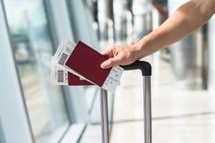 Fermez-vous des mains masculines tenant des passeports et Images stock