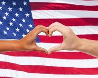 Fermez-vous des mains montrant la forme de coeur Image libre de droits