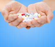 Fermez-vous des mains supérieures de femme avec des pilules Image stock