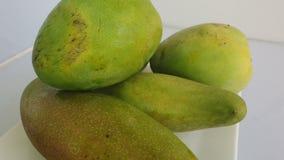 Fermez-vous des mangues sur un fond blanc C'est le fruit national de l'Inde et du Pakistan, et l'arbre national du Bangladesh clips vidéos