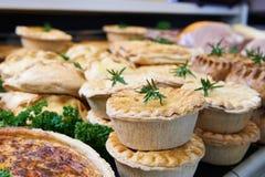 Fermez-vous des marchandises savoureuses cuites au four en épicerie fine image libre de droits