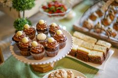Fermez-vous des mini petits gâteaux de chocolat Photographie stock libre de droits