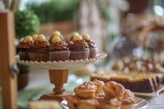 Fermez-vous des mini petits gâteaux de chocolat Photos stock