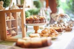 Fermez-vous des mini petits gâteaux de chocolat Images stock