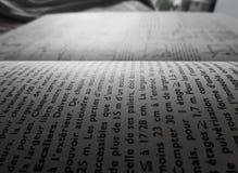Fermez-vous des mots sur un livre avec 1/3 composition horizontale image libre de droits