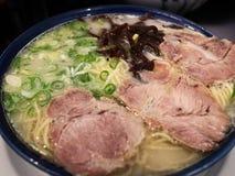 Fermez-vous des nouilles de ramen grillées tout entier japonaises de porc de SIU de char image stock