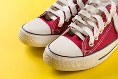 Fermez-vous des nouvelles rétros espadrilles rouges de mode Images libres de droits