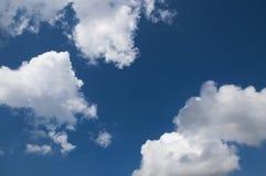 Fermez-vous des nuages avec le ciel bleu Image stock