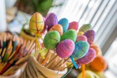 Fermez-vous des oeufs en plastique scintillants colorés de Pâques Photos libres de droits
