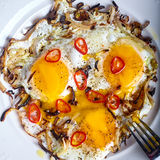 Fermez-vous des oeufs rôtis à l'oignon et aux piments photo stock