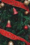 Fermez-vous des ornements scintillants de Noël sur un arbre Image libre de droits