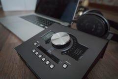 Fermez-vous des outils sains de concepteurs sur la table en bois foncée : ordinateur portable, carte son, écouteurs Outils de con photo stock