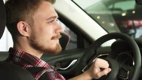 Fermez-vous des ownes masculins beaux heureux d'une voiture souriant avec des clés de voiture dans sa main banque de vidéos