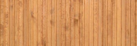Fermez-vous des panneaux en bois bruns de barrière Beaucoup de planches en bois verticales images libres de droits
