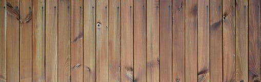 Fermez-vous des panneaux en bois bruns de barrière Beaucoup de planches en bois verticales photographie stock libre de droits