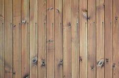 Fermez-vous des panneaux en bois bruns de barrière Beaucoup de planches en bois verticales image stock