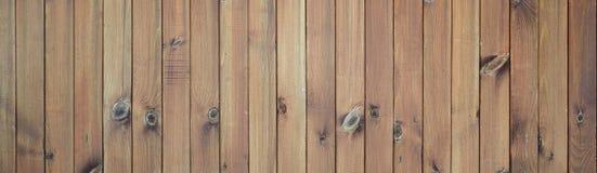 Fermez-vous des panneaux en bois bruns de barrière Beaucoup de planches en bois verticales image libre de droits