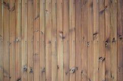 Fermez-vous des panneaux en bois bruns de barrière Beaucoup de planches en bois verticales photos stock