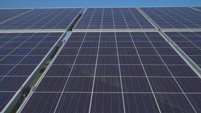 Fermez-vous des panneaux solaires dans la centrale solaire banque de vidéos