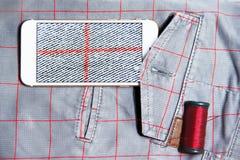 Fermez-vous des pantalons avec le smartphone Image stock