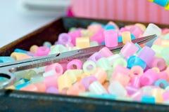 Fermez-vous des perles de pixel, des granules en plastique ou des perles en plastique sur le SM Photos stock