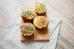 Fermez-vous des petits gâteaux ou des petits pains vitrés sur la table Photo stock