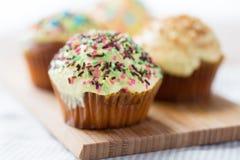 Fermez-vous des petits gâteaux ou des petits pains vitrés sur la table Photographie stock libre de droits