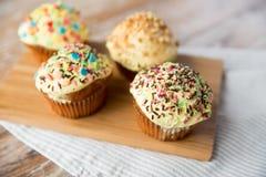Fermez-vous des petits gâteaux ou des petits pains vitrés sur la table Images stock