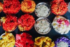 Fermez-vous, des petits gâteaux sur le plateau décoré des fleurs roses Image stock
