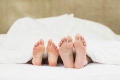 Fermez-vous des pieds de couples Photographie stock