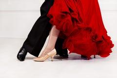 Fermez-vous des pieds de danseurs Danseurs de salle de bal sur la piste de danse image stock