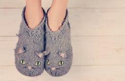 Fermez-vous des pieds de femme portant les chaussettes chaudes confortables de laine Concept de chaleur Vêtements d'hiver Images stock
