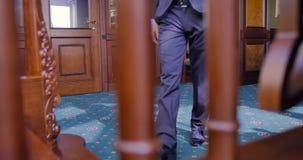 Fermez-vous des pieds masculins dans des chaussures Le bureau, homme d'affaires monte les étapes en bois dans un appartement pres banque de vidéos