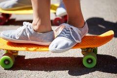 Fermez-vous des pieds montant des planches à roulettes sur la rue de ville Photographie stock libre de droits