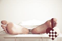 Fermez-vous des pieds nus avec le coeur à carreaux Images libres de droits