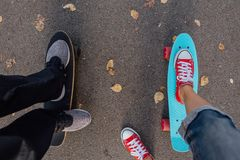 Fermez-vous des pieds sur le panneau de patin de penny Photos stock