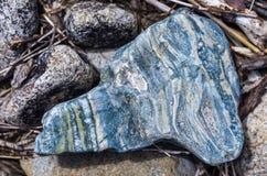 Fermez-vous des pierres sur une berge de montagne, texture colorée Image libre de droits