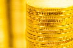 Fermez-vous des piles d'or de pièce de monnaie Images libres de droits
