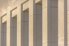 Fermez-vous des piliers concrets sur l'extérieur photos stock
