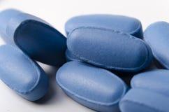 fermez-vous des pilules ou des comprimés bleus Photographie stock libre de droits