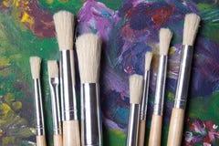 Fermez-vous des pinceaux en bois sur des peintures à l'huile Images libres de droits